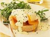 Brötchen mit pochiertem Ei und Lachs