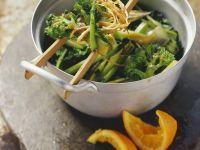 Brokkoli nach chinesischer Art mit Orangensauce