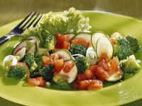 Brokkolisalat mit Zucchini und Tomaten