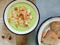 Brokkolisuppe mit Garnelen und Mandeln