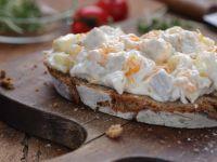 Brot mit Geflügelsalat-Aufstrich