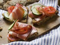 Brot mit Schinken, Gurken und Tomaten