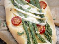 Brotfladen mit grünem Spargel, Cherrytomaten und Brie