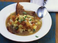 Brotsuppe mit Zwiebeln und Gemüse