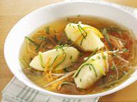 Brühe mit Grießnockerl und Gemüsejulienne