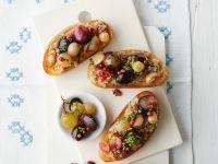 Bruschetta mit Nusspesto und Weintrauben