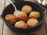 Buletten aus Geflügel und Schweinefleisch dazu Blaukrautsalat
