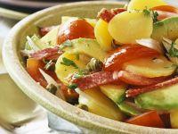 Bunter Kartoffelsalat mit Avocado und Salami