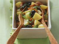 Bunter Kartoffelsalat mit getrockneten Tomaten, Rucola und Oliven