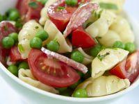 Bunter Pastasalat mit Erbsen, Tomaten und Salami
