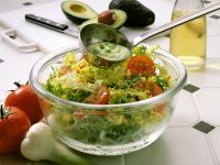 Bunter Salat mit Avocadodressing