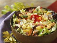 Bunter Salat mit Hühnchenbrust, Kartoffeln und Schinken
