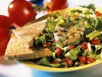 Bunter Salat mit Käse und Toast