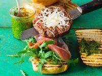 Burger Italian Style mit Rucola, Parmaschinken und Pesto