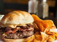 Burger mit Bacon, Gyros, Erdnussbutter und Süßkartoffelchips