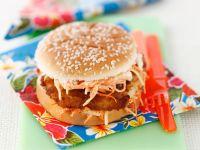 Burger mit Fisch und Krautsalat