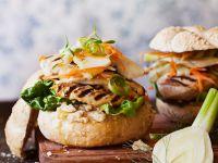 Burger mit Hähnchen, Hummus und Salat