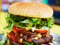 Burger mit Steak, Bacon und Salat