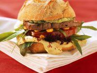 Burger mit Straußsensteak und Salat