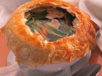 Champignon-Gemüsesuppe mit Teighaube