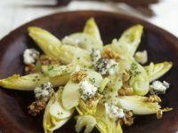 Chicorée-Apfel-Salat mit Roquefort und Nüssen