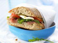 Ciabatta-Sandwich mit Schinken, Tomaten und Käse