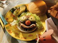 Clown-Hamburger mit Gewürzgurkenfrosch