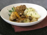 Coq au vin mit Karotten und Kartoffeln