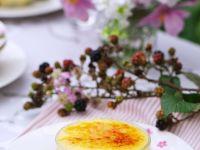 Creme brulee mit Sommerobst