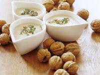 Cremige Kartoffelsuppe mit Walnusspesto
