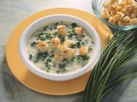 Cremige Suppe mit Kräutern und Croutons