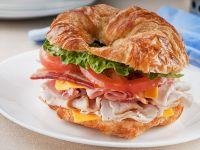 Croissant-Sandwich mit Schinken