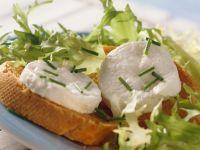 Crostini mit Ziegenkäse und Salat
