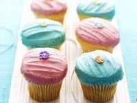 Cupcakes mit Creme und Zuckerblüten