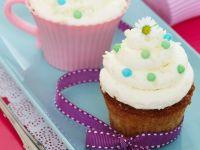 Cupcakes mit Vanille und Gänseblümchen