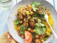 Curry mit Hähnchenbrust, Koriander und Kurkuma-Reis