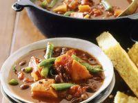 Deftige Gemüsesuppe mit Maisbrot