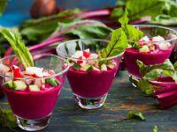 Rote-Bete-Gazpacho in kleinen Gläsern