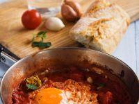 Ei auf Zwiebel-Tomaten