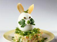 Eier-Hase auf Gemüsesalat