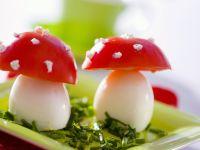 Eier und Tomaten als Fliegenpilze getarnt