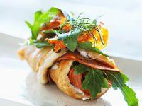 Eierpfannkuchen mit Fetacreme, Chorizo und Rucola