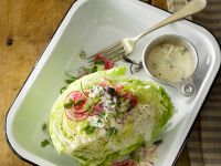 Eisbergsalat mit Zwiebeln, rote Bete und Käsevinaigrette