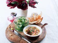 Englische Vorspeise mit Shrimps, Toast mit Pfirsich und Gurkensalat