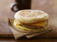 Englischer Muffin mit Rührei, Wurst und Käse