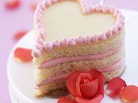 Erdbeer-Herzkuchen mit Rose
