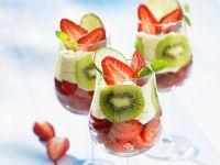 Erdbeer-Kiwi-Becher mit Sahne