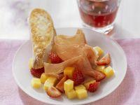 Erdbeer-Mango-Salat mit luftgetrocknetem Schinken