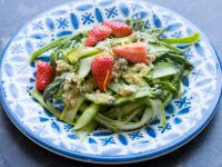 Erdbeer-Spargel-Salat mit Nusspesto