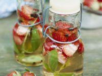 Erdbeeressig mit Basilikum